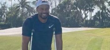 Gol: Tiger Woods, ya camina ayudado por muletas