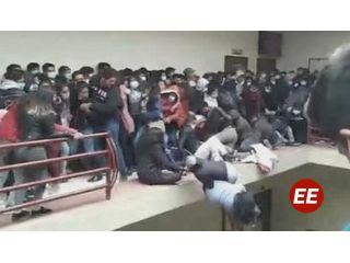 Estudiantes caen desde un cuarto piso en universidad en Bolivia